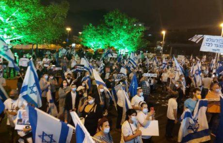 """מנדלבליט הפגנות -גם ביום הבחירות בארה""""ב: מאות מפגינים קראו לו להתפטר- בושה וחרפה למדינה"""